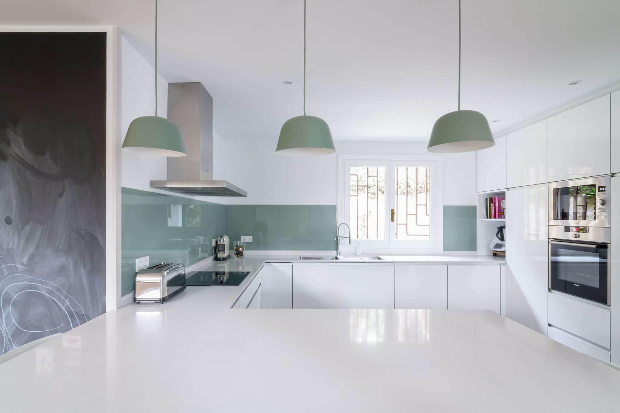 Cocinas con península verde menta y blanca