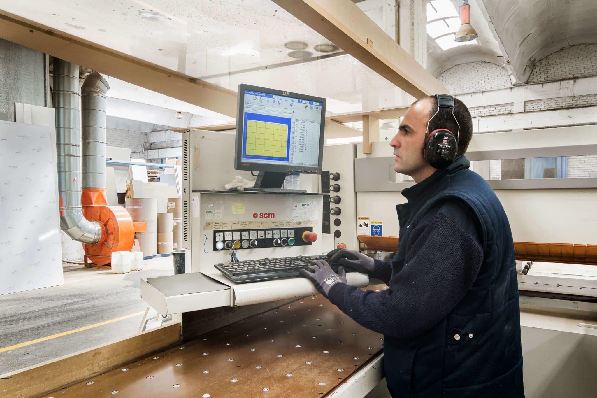 Trabajadores en fábrica Grupo Coeco - Fábrica de muebles de cocina