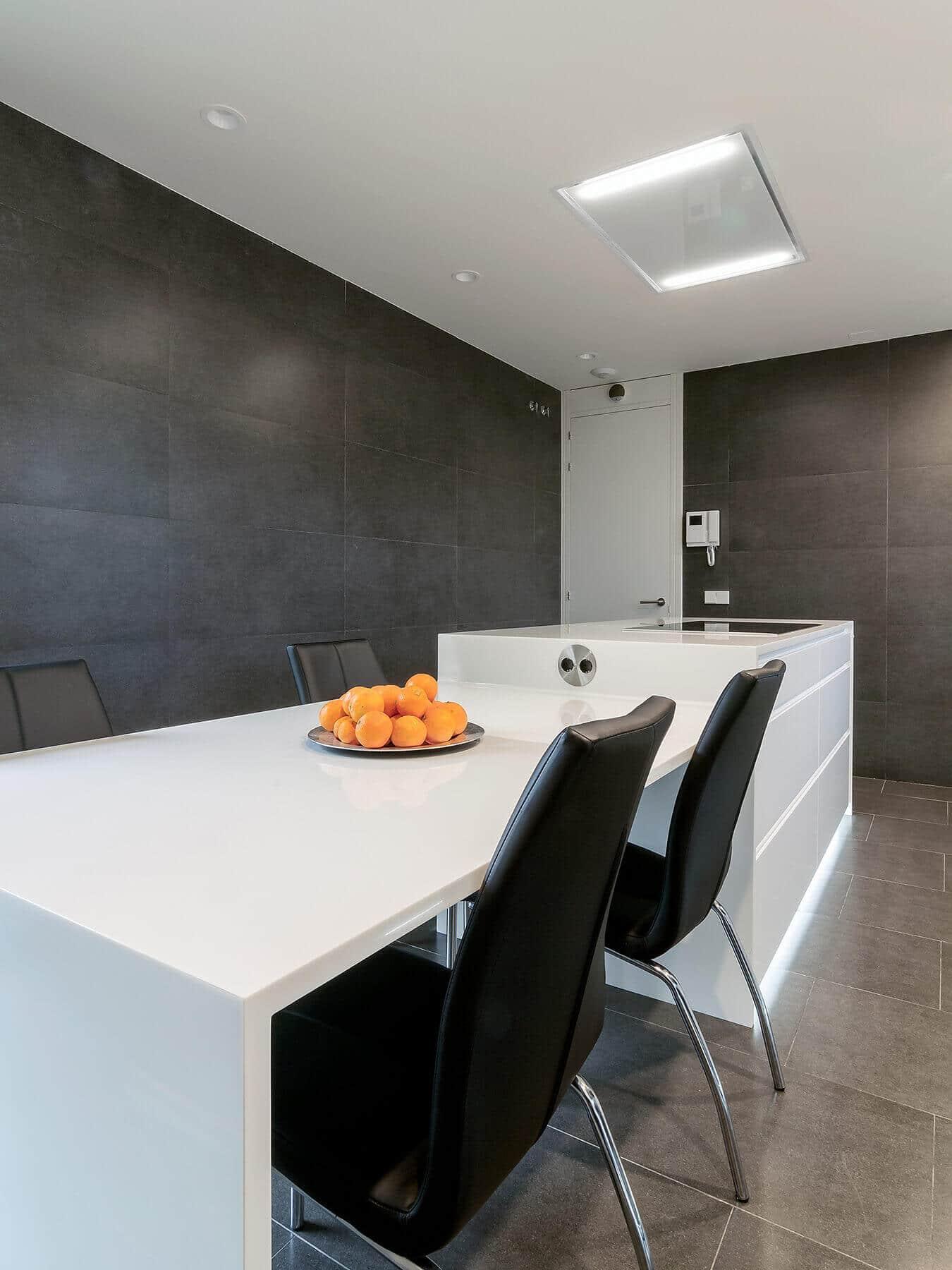Cocina con isla con contrastes blancos y negros