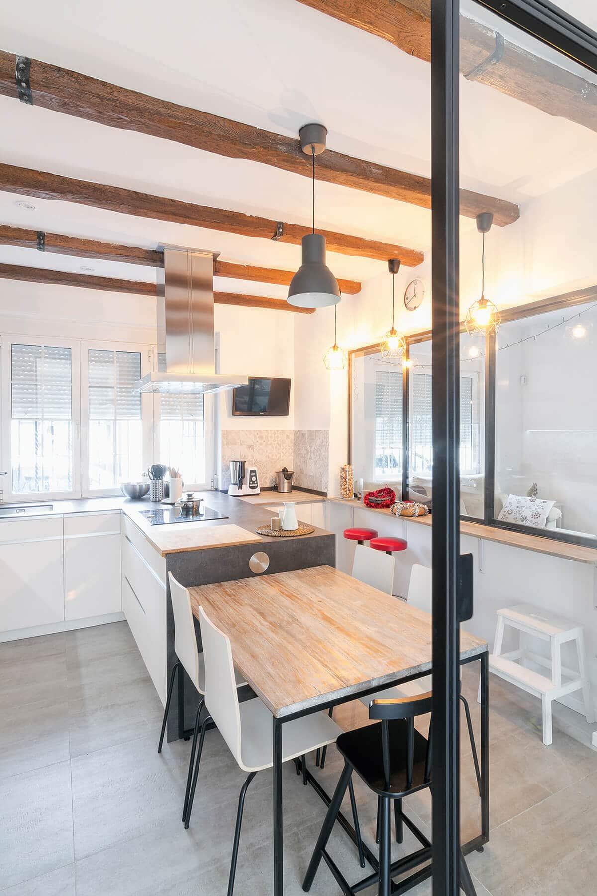 Cocina con península y mesa auxiliar de madera