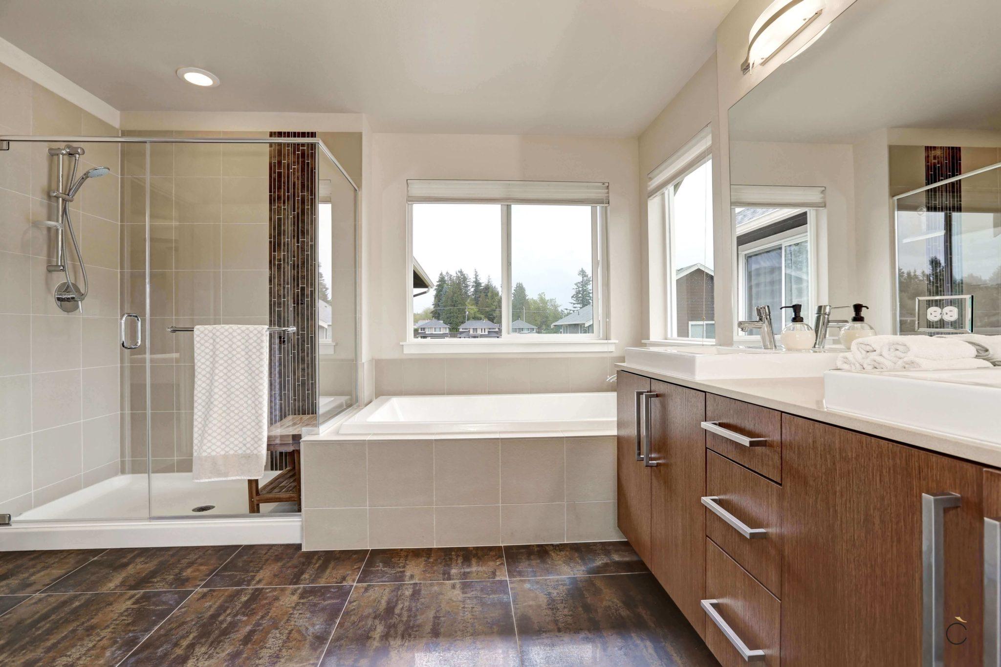 Baño de diseño con bañera y ducha