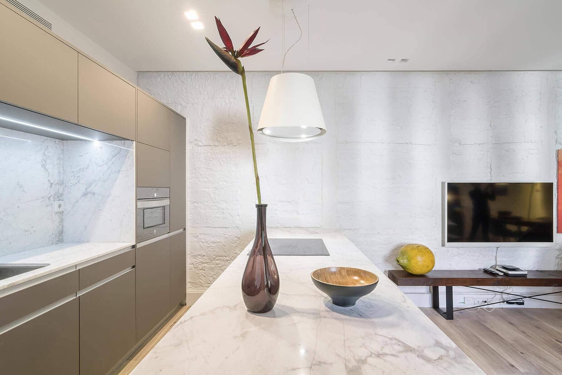 Espectacular cocina con península y campana de diseño con salón integrado