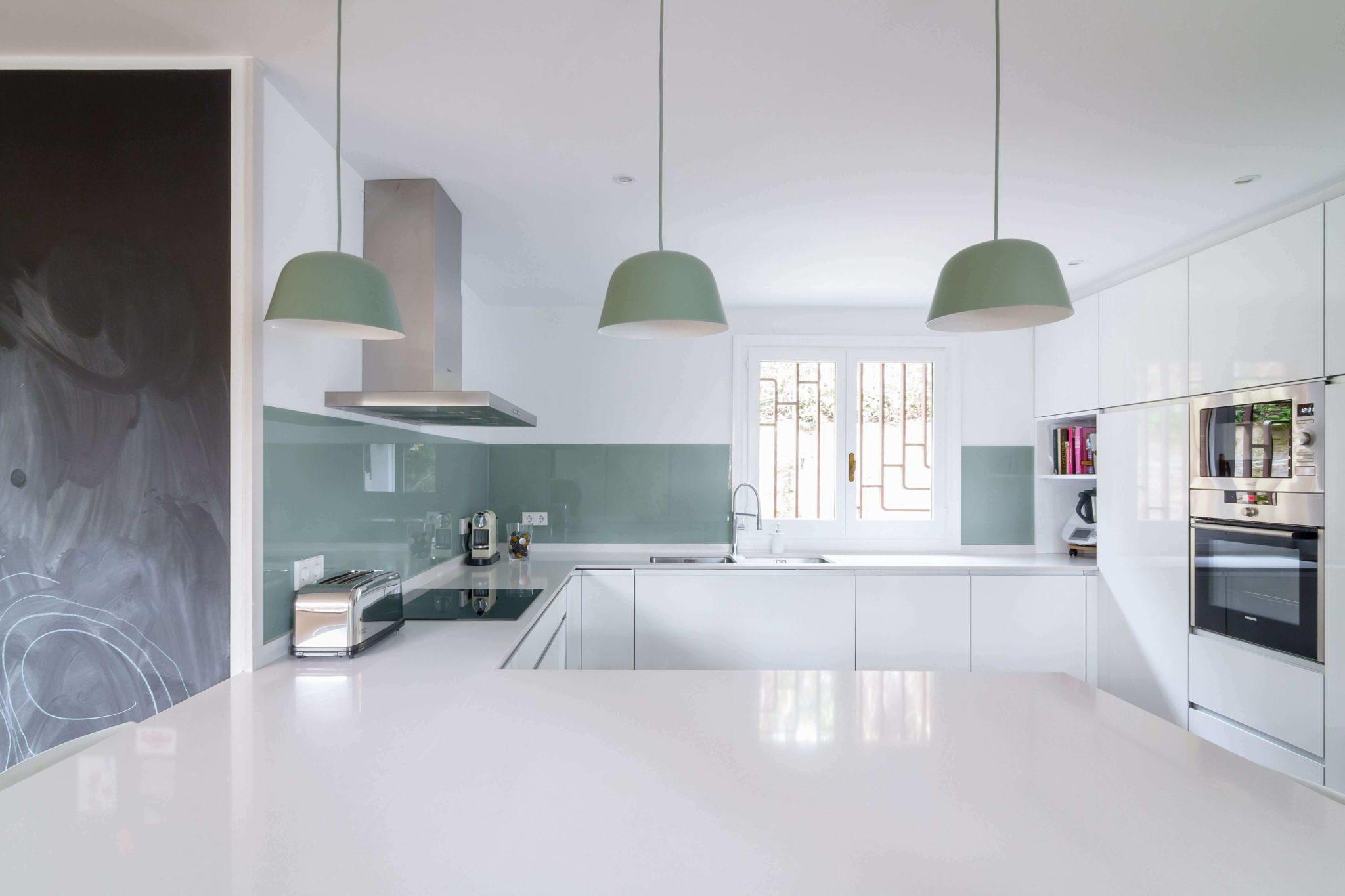 Cocina con península colores verde menta y blanca
