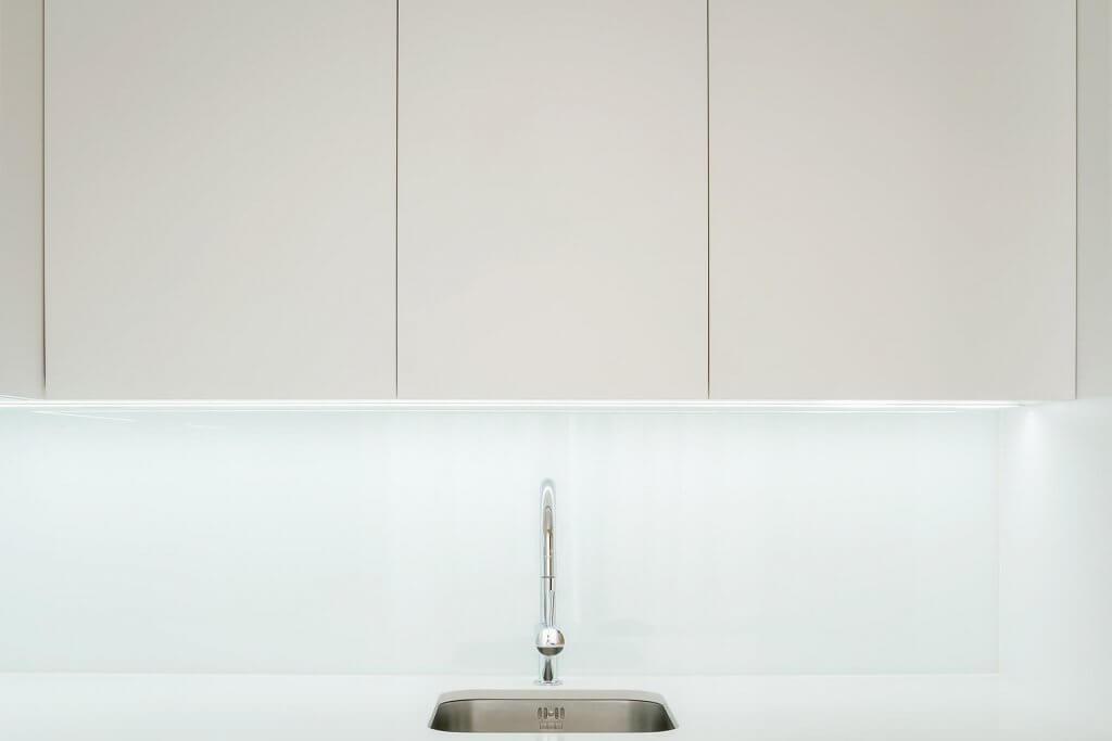 Grifería de diseño en Encimera de cocina blanca