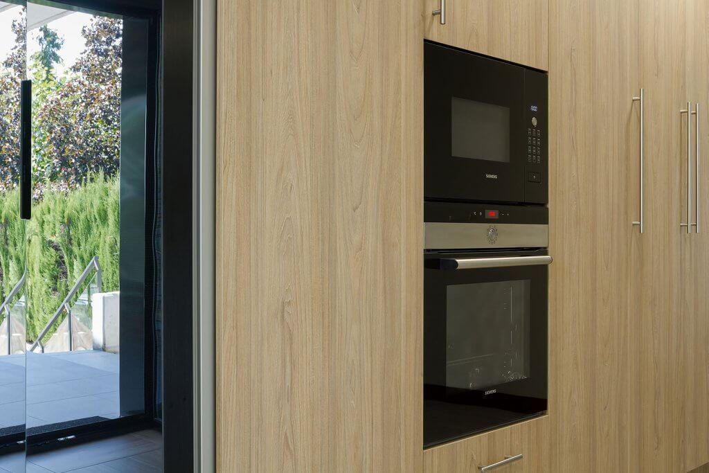 Cocina en L detalle horno y microondas