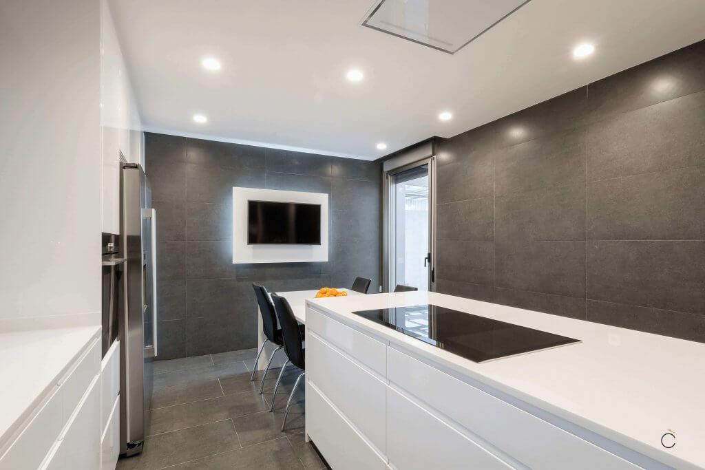 Cocina blanca con pared gris terminada - Ideas para renovar tu cocina sin obras