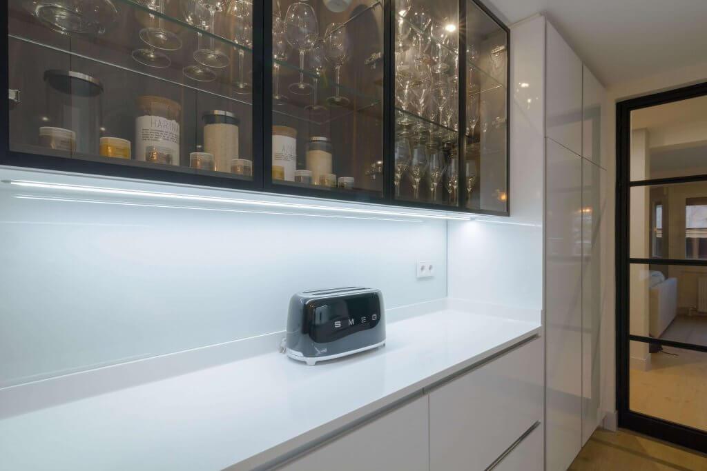 Vitrina hecha a medida en la cocina con dos frontales