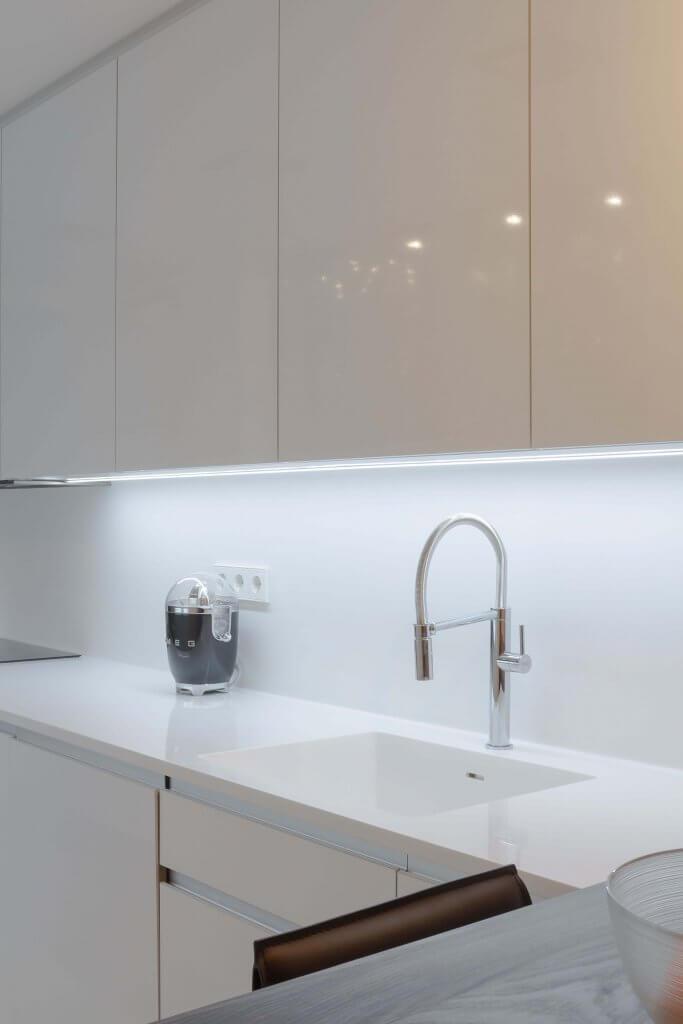 Detalle de la encimera de la cocina con dos frontales
