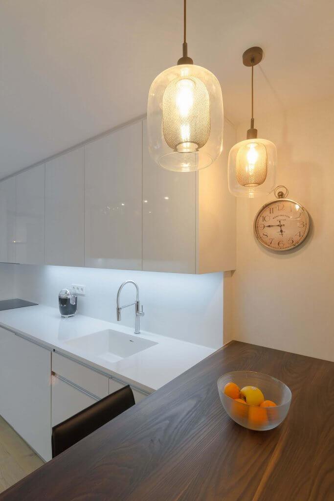 Detalle península e iluminación en cocina con dos frontales