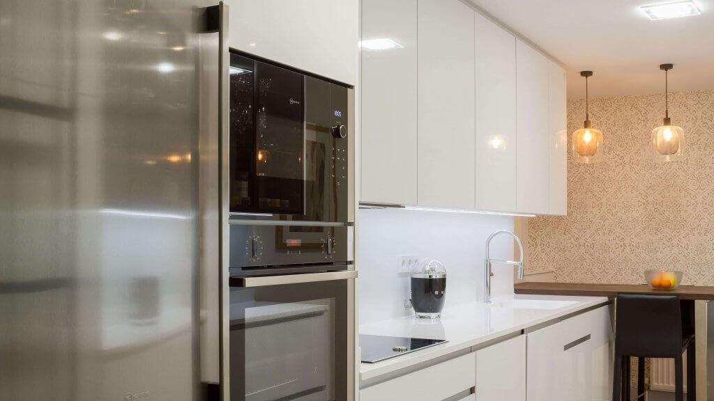 Horno y microondas encastrados en la cocina con dos frontales blanca