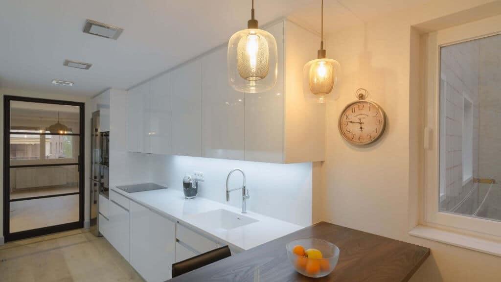Cocina con dos frontales blanca detalle de iluminación