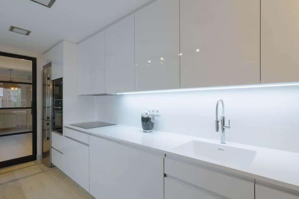 Uno de los frontales de la cocina con dos frontales blanca