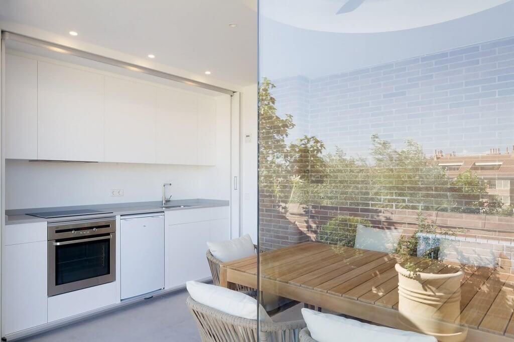 Detalle Cristalera en Cocina Lineal con un solo frente con puertas escamoteables