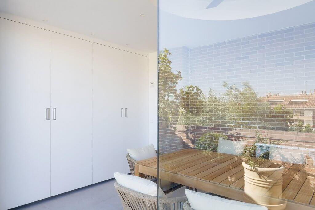 Detalle Cristalera en Cocina con un solo frente con puertas escamoteables