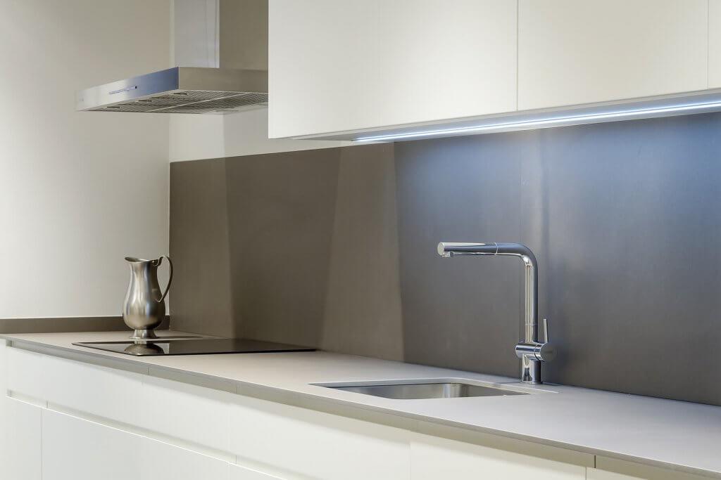 Cocina lineal con un solo frente en tonos blanco y beige