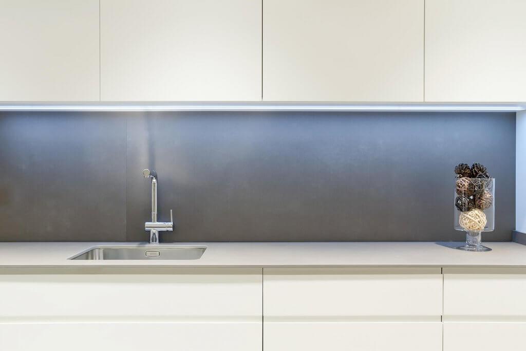 Encimera de cocina con un solo frente en tonos blanco y beige