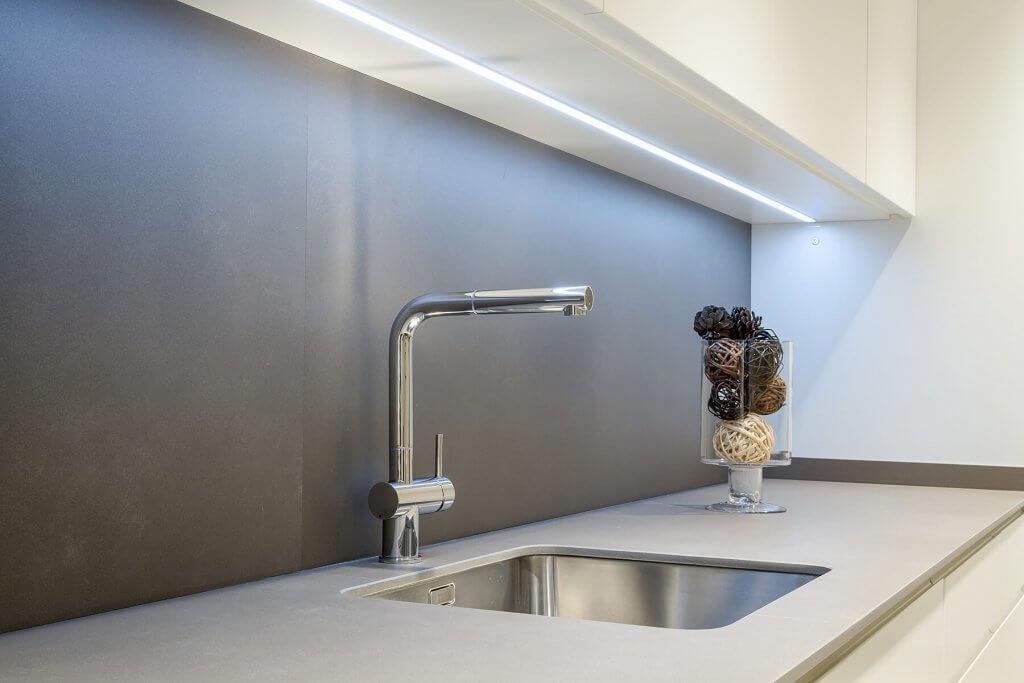 Grifo de diseño en cocina lineal en tonos blanco y beige