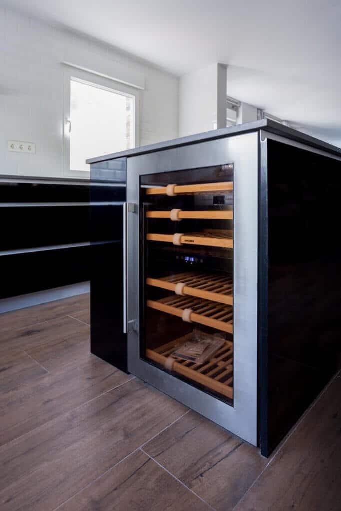 Vinoteca en cocina estratificada negra con isla