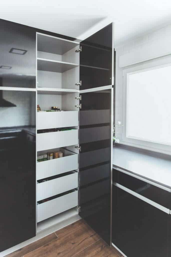 Cocina estratificada con mueble negro