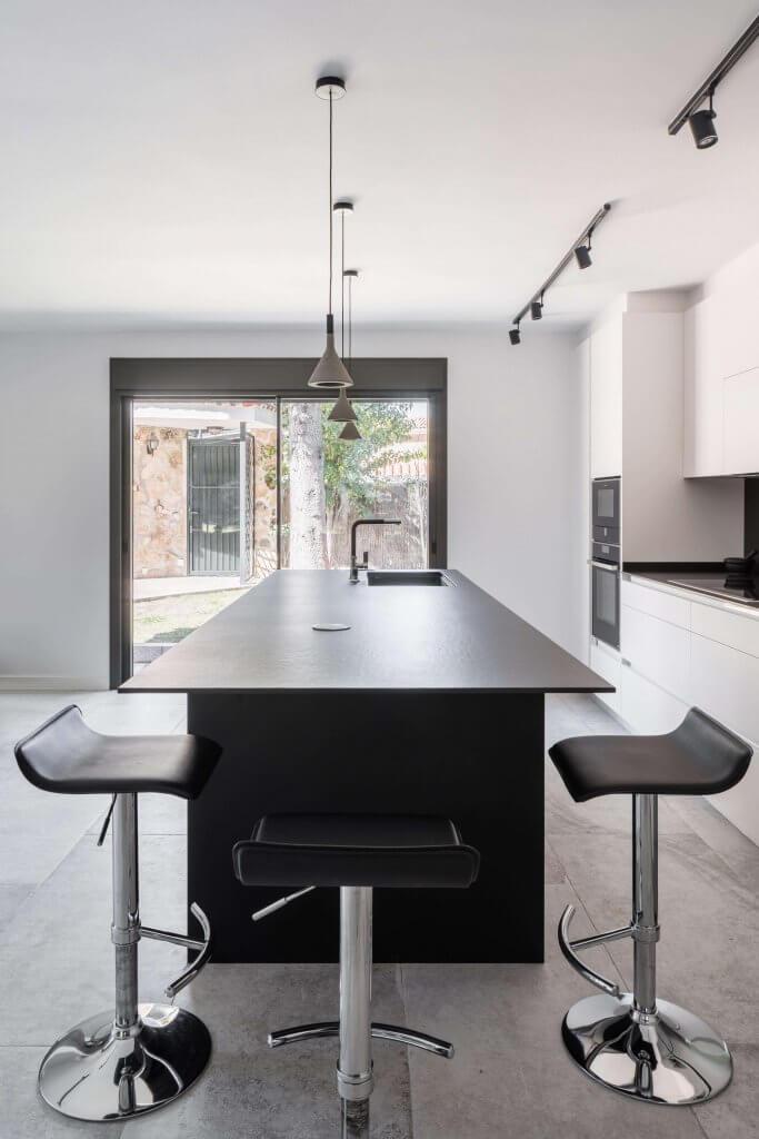 Cocina con isla con vitrina de diseño