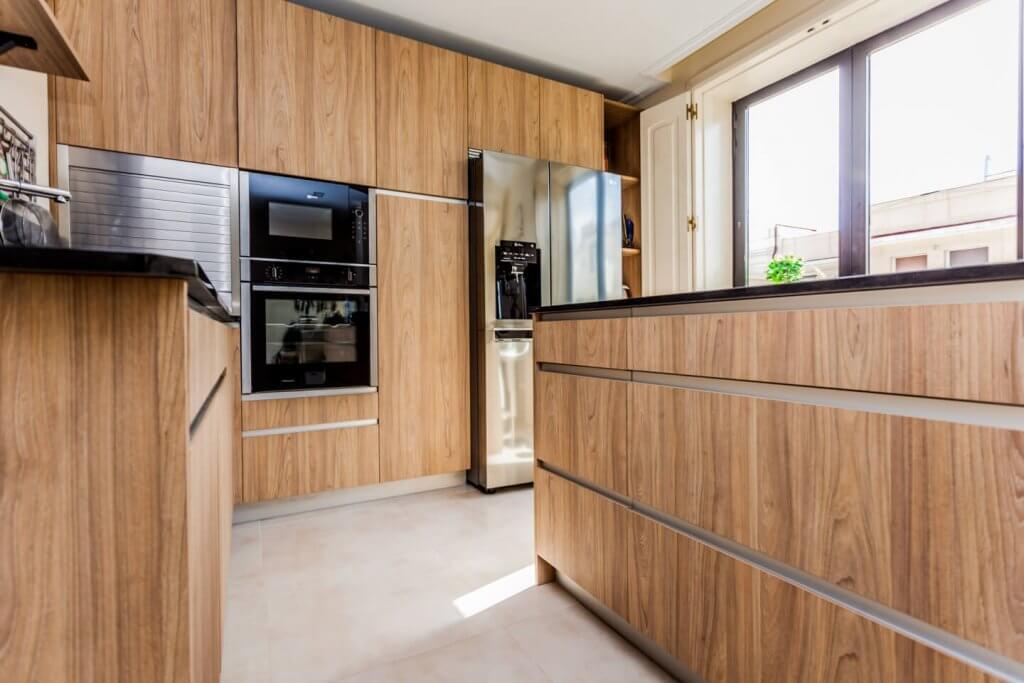 Cocina con isla en tonos de madera
