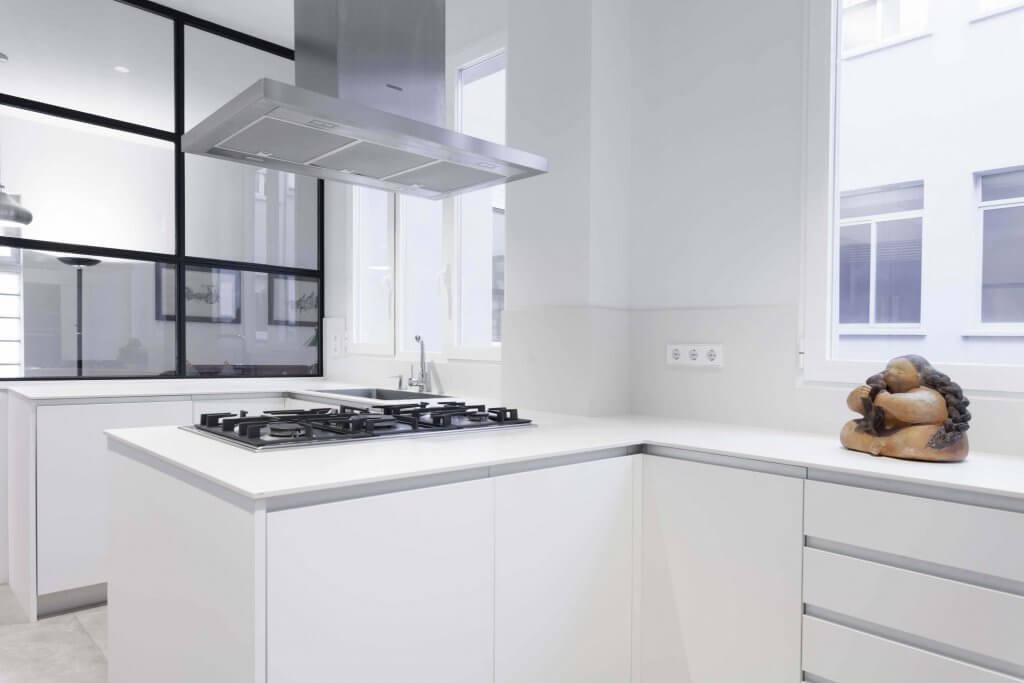 Campana metálica de cocina blanca con pequeñas penínsulas