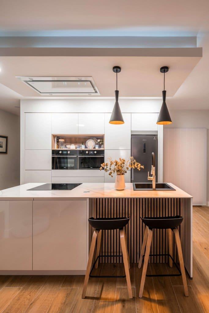 Cocina con isla estratificada blanca panel de madera