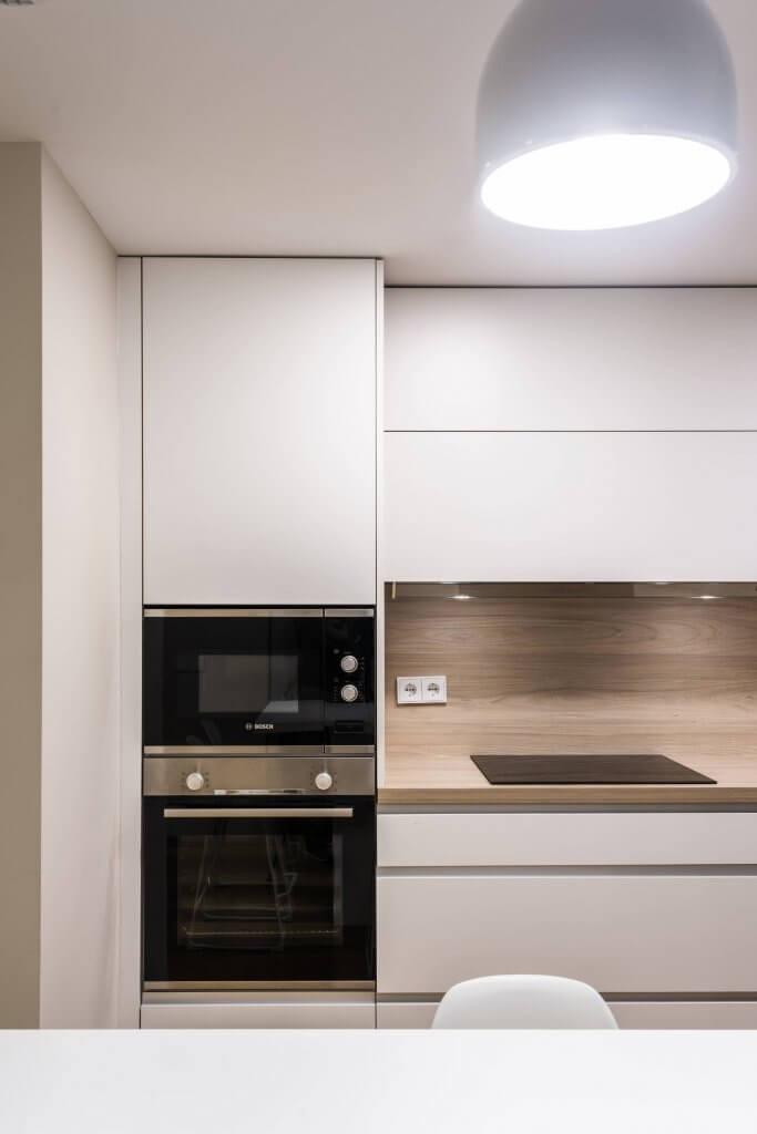 Electrodoméstico cocina en blanco y madera con península