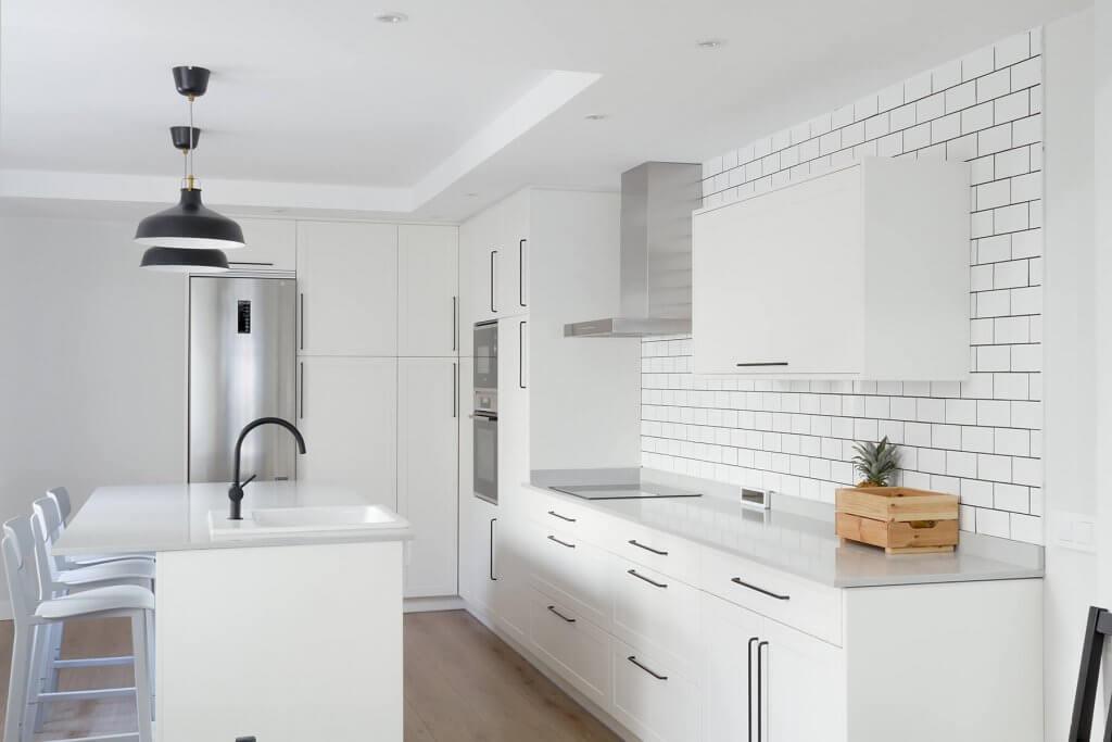 Cocina con isla blanca estratificada de aire vintage