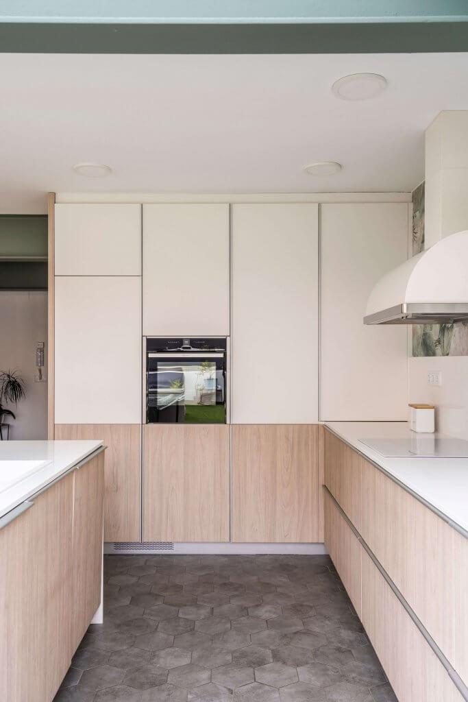 Isla de cocina estratificada blanco y madera