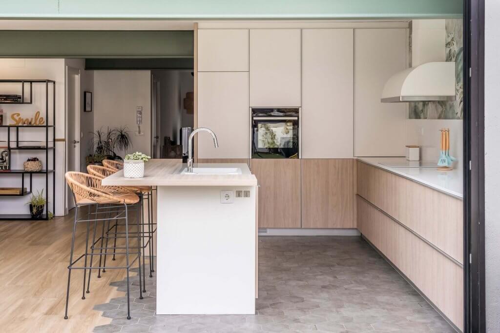 Cocina con isla estratificada en madera blanco