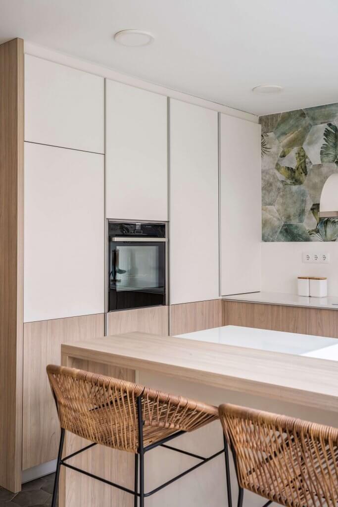 Cocina estratificada con isla en blanco y madera