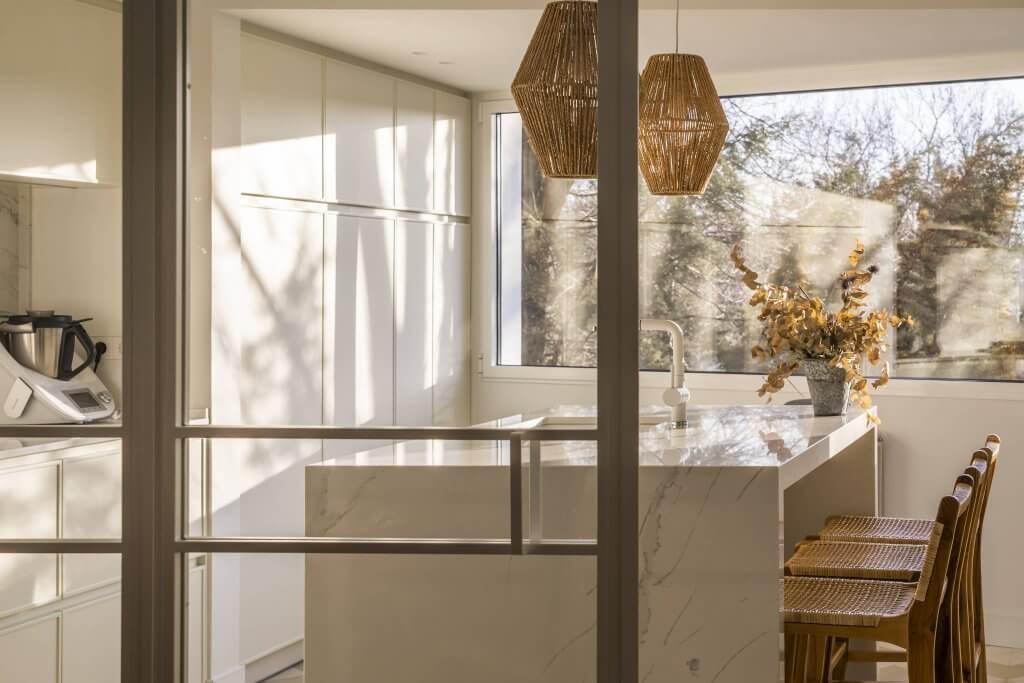 Cocina con isla blanca polilaminada con puerta corredera