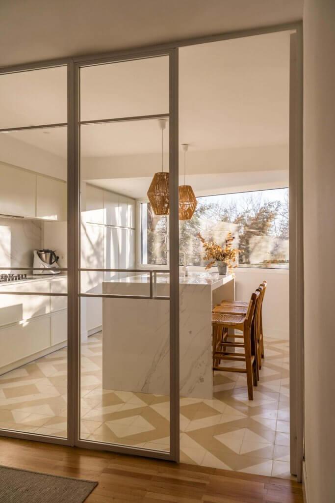 Cocina con isla polilaminada blanca con puerta corredera